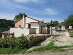 Nicely positioned semi-detached countryside house 3 km to the beach and 5km to Lanciano, with garden and parking.