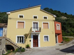 Stone, partly renovated house of 200sqm with garden and garage 2km to town