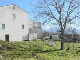 Two houses on 1000sqm of land in the center of a lively village close to the characteristic town of Tornareccio.