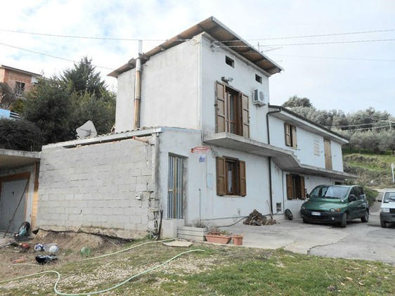 Detached modern building of 120sqm and a 70sqm garage, with 1000sqm of garden around the house, spacious terrace of 50sqm. 2
