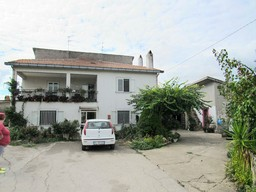 Semi-detached farm house, with barn and second house, 1000sqm of garden