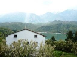 220sqm detached house, with 11 hectares of land overlooking Lake Casoli
