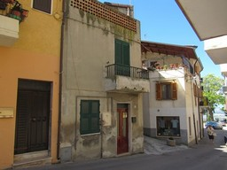 Centrally located, habitable, 2 bed, town house with terrace in a typical Italian town.