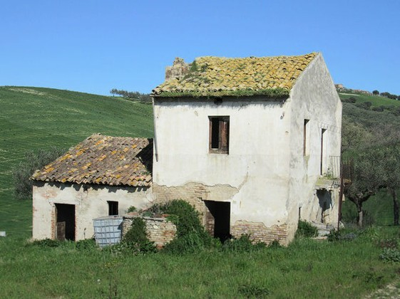 Detached, character full ruin in Cotti, Castel Frentano, of 60sqm, to restructure with a fantastic mountain view.