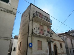4 floor town house in the historic center with vaulted ceiling and attic to easily convert to a sun terrace. 1