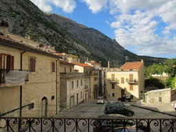 Solid stone structure, 3 beds, garage, 120sqm, in an active town full of Italian character
