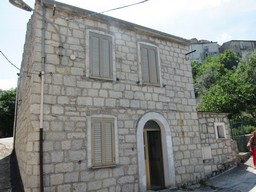 Detached, stone, habitable, town house of 140sqm , with garden in a peaceful, slow community perfect for unwinding and breathing clear mountain air.