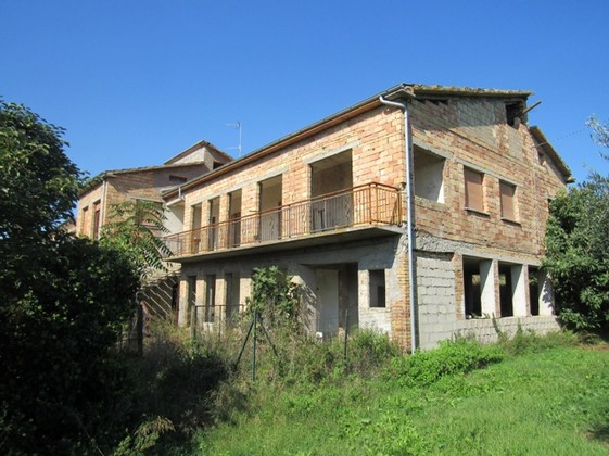 350sqm farm house, 7 bedrooms, with olive grove, 2km to the beach.