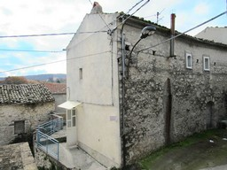 Stone town house of 80sqm with garden, garage, barn and panoramic terrace.