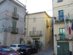 Stone, habitable terraced house, with courtyard, 3km to the lake and 1km to the swimming pool. 1