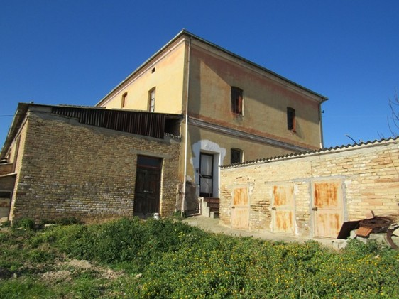 9 bedroom, detached, traditional farmhouse 500 meters from the center of this town famous for its fabulous wine.