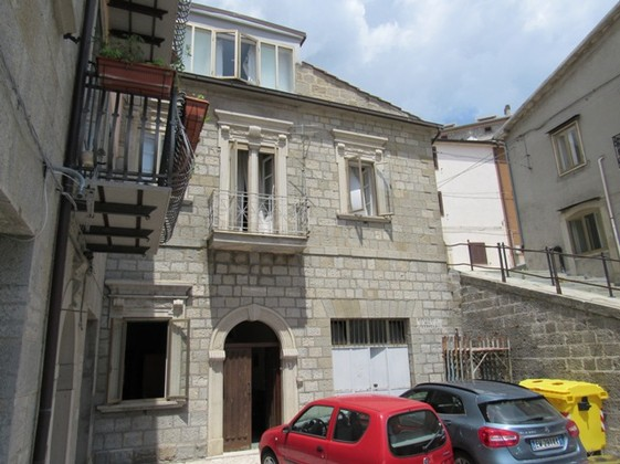 250sqm, stone structure in habitable condition, in a small town with basic facilities