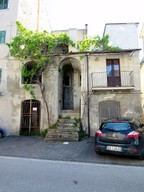 Town house of 80sqm to renovate,  offering some local shops, public swimming pool and the picturesque lake. 1