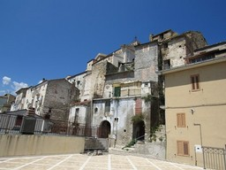 Original condition 1900s, stone town house with 3 bedrooms, sun terrace, in a fantastic, typical Italian town