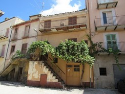 Located in the center of this typical Italian town with 2 beds and a cellar.