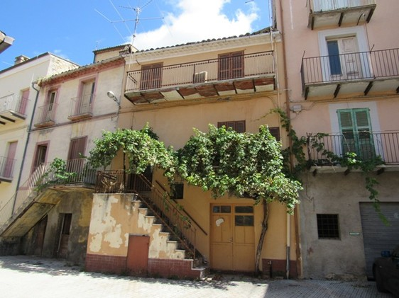 Located in the center of this typical Italian town with 2 beds and a cellar. 1