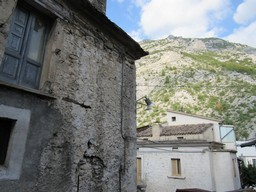 Majella stone structure with garden and 2 beds in the old part of this lively, very Italian town.