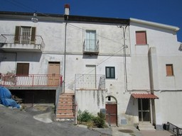 Finished town house with sea and mountain views, 7km to the beach.1