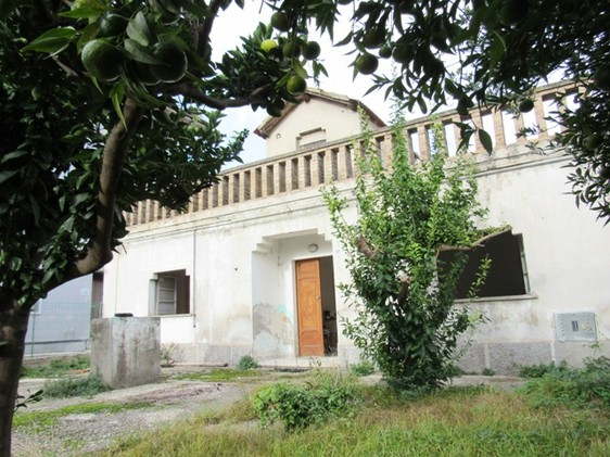 1950's town house with 200sqm of garden and terraced roof and 5km to the beach. 1