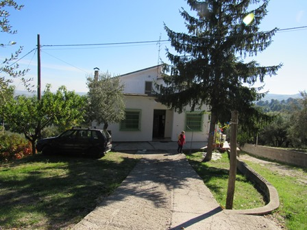5 bed,detached, finished villa with garden 500 meters to town, with sun terrace with views.