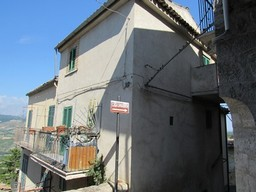 Stone structure, 100sqm town house with 2 beds and 2 cellars, 1km to an outdoor pool, 4km to the Lake 1