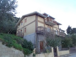 Detached, finished town house of 270sqm with garden and terrace. 1
