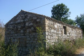Old house made with Original Majella stone. The house has 2 big room and 1000sqm of land with fruit trees.